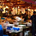 Les achats effectués, il faut traiter la marchandise, en la découpant, puis en la dispatchant dans les très nombreuses boites en polystyrène, direction les quatres coins de Tokyo ou du Japon !