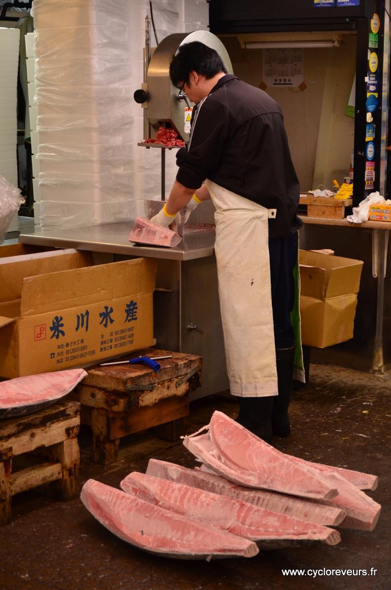 Particularité de ce marché : de nombreuses pièces de thon arrivent congelées, et sont traitées de suite ! Merci la scie à ruban, et attention aux doigts !