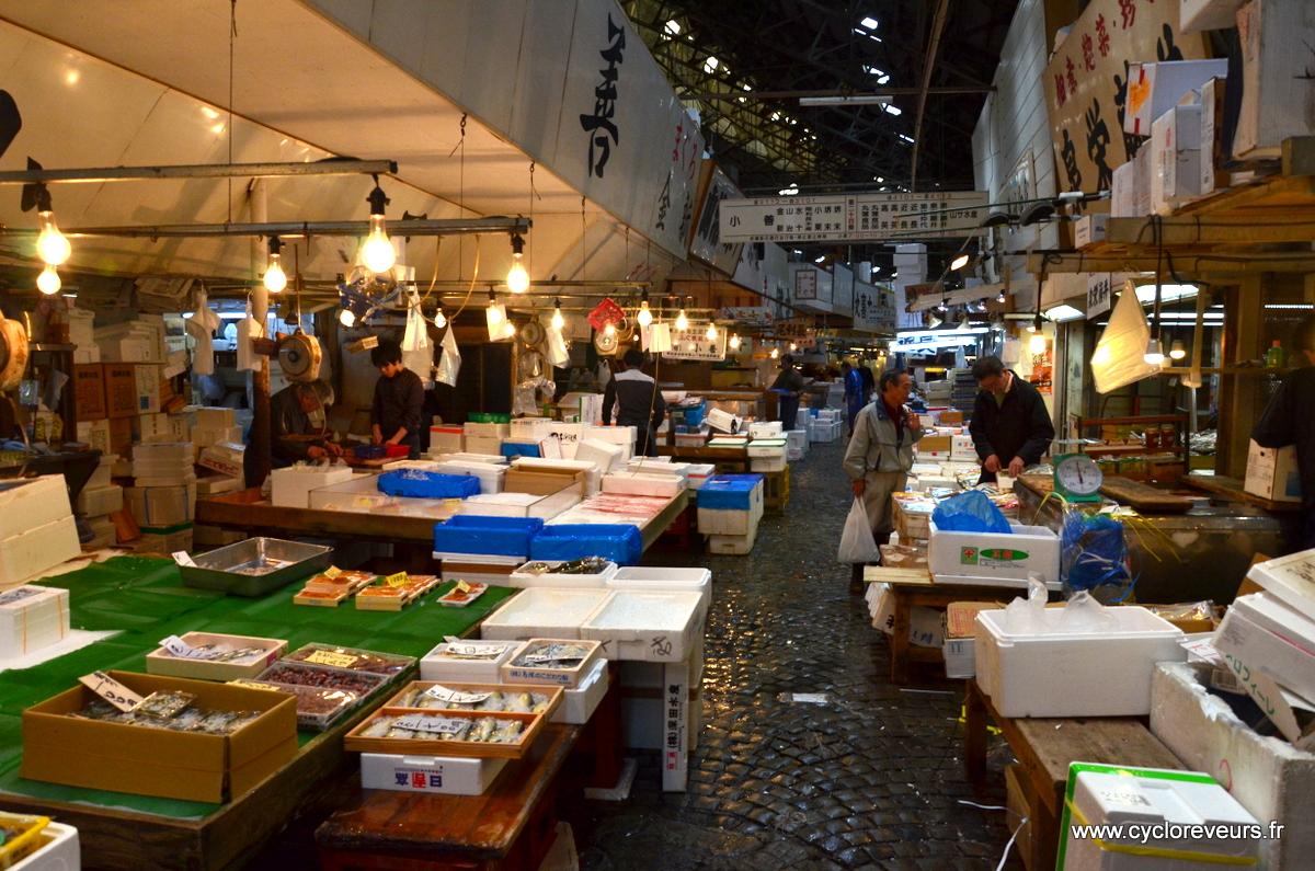 Autre partie du marché : la vente au détail, qui n'est en fait qu'une partie de ce qui a été acquis au gros un peu plus tôt. Les petits restaurateurs viennent plutôt ici.