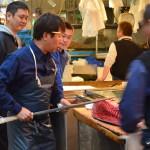 Une fois acheté, le thon frais est découpé par des spécialistes, et leurs couteaux ressemblent à des katanas ! Celui-ci démontre son savoir faire à une foule de confrères !