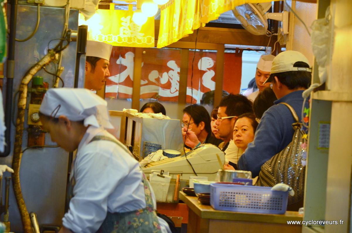 Les sushis du marché au poisson sont très réputés, et le prix s'en fait ressentir... 500 yens LE sushi, il faut pas l'avaler de travers !