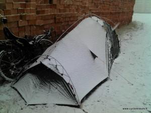 La tente est recourverte de neige à Kayseri en Turquie