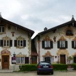 Les imposantes maisons sur la petite place de l'imposante eglise !