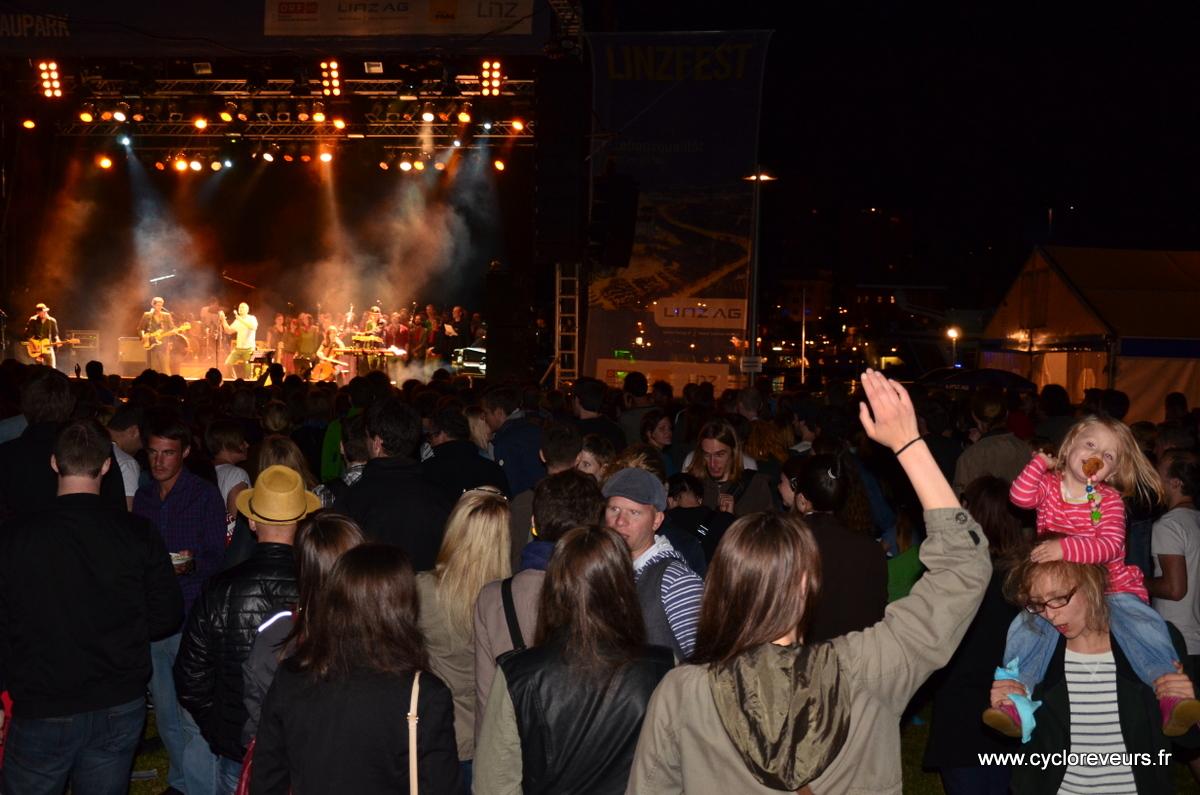 Concert ambiance bon enfant sur les bords de fleuve à Linz