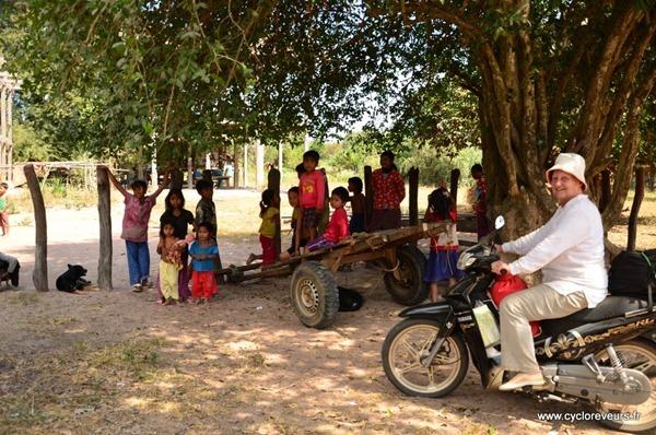 Un village bien perdu, où un ONG a construit une pompe, qui fonctionne encore... sauvés !