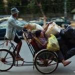 Les cyclo peuvent transporter n'importe qui, et n'importe quoi !