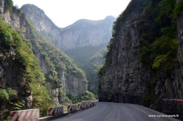 Mais comment ont-ils fait pour faire passer une route à cet endroit là ? Parfois, il doit y avoir 100 mètres de falaise à la verticale au bord de la route !