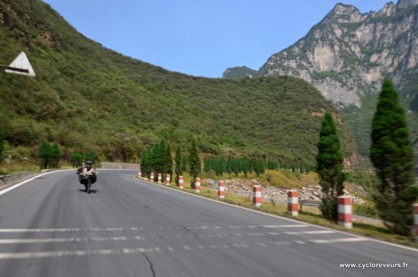 A certains endroits, la route est divisée en deux : ceux qui montent ne sont pas du même côté de la vallée que ceux qui descendent... Les chinois n'ont vraiment pas de problèmes pour faire des routes partout !