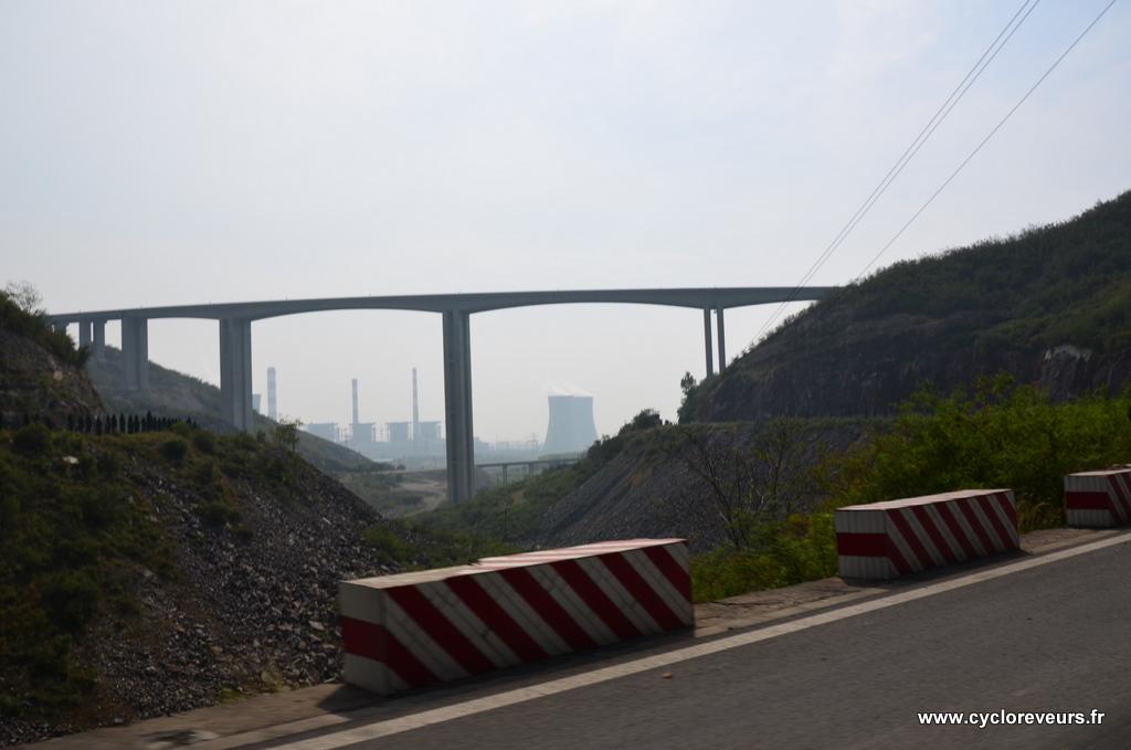 Il fallait bien que cela s'arrête un jour : après une bonne demi-heure de descente, la plaine est en vue, sous le pont de l'autoroute, et c'est une grosse usine à charbon qui nous accueille... On veut retourner dans la montagne !