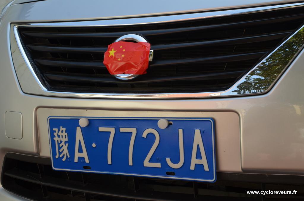 Réaction populaire aux évènements des îles sino-japonaises : de nombreuses personnes masquent les marques japonaises avec un drapeau chinois, et des autocollants sont affichés un peu partout dans les ville pour alimenter la polémique.