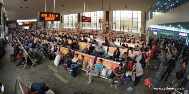 Les voyageurs attendent que leur train soit en boarding