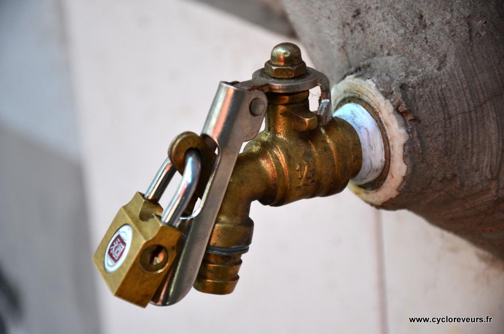Ben oui, quand les robinets sont dans la rue, on y met des cadenas !