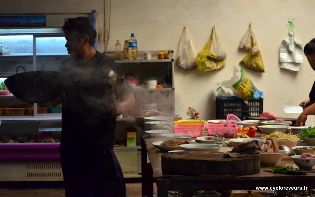 La cuisine est ouverte à tous et le wok fonctionne sous nos yeux !