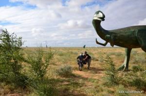 En Mongolie intérieure, tout près de la frontière à Erenhot, sont placés plusieurs dizaine de dinosaures au brod de la route : sans doute pour distraire un peu des éoliennes omniprésentes