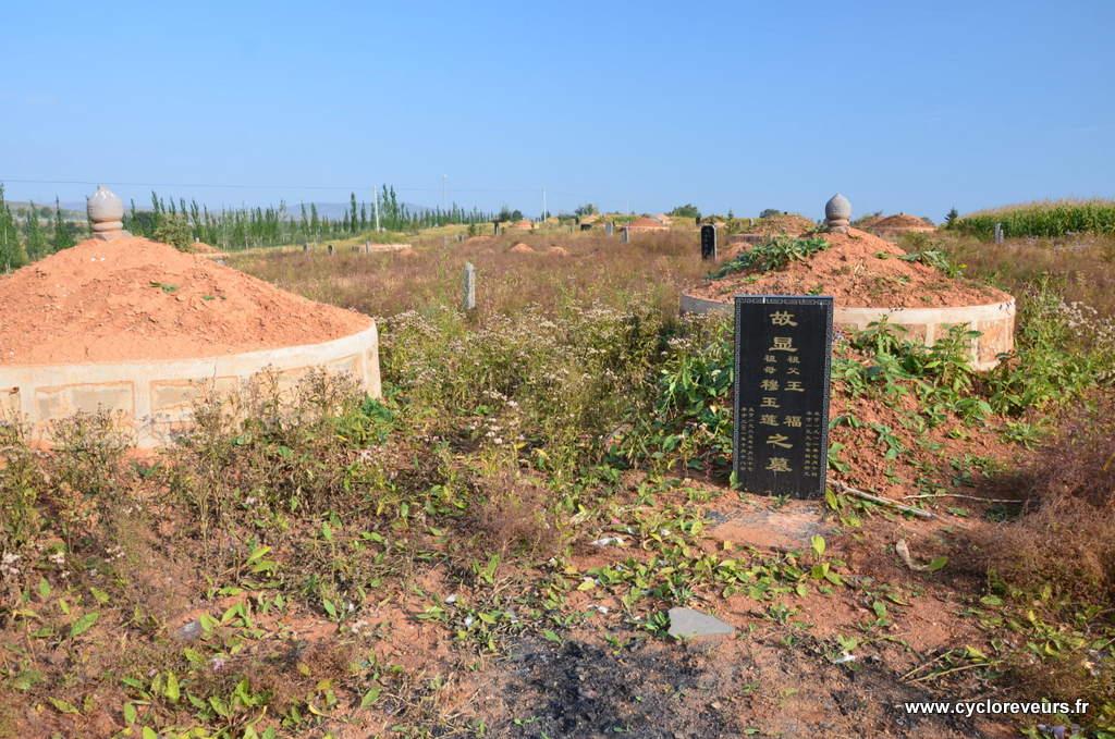 Tombes que l'on trouve un peu n'importe où : les gens se font-ils enterrer à l'emplecement de leur mort ? Parfois il y en a au beau milieux de champs cultivés, ou au bord des routes...