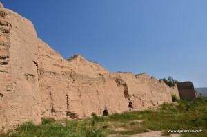 Ce n'est pas une falaise, mais bien un des nombreux pans de la muraille de Chine en terre : bien différente de celle au nord de Pékin !