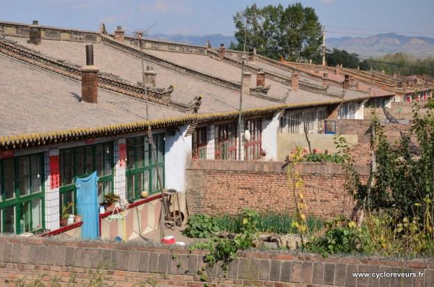 Les maisons contruites à la chaîne : ouverture sur le Sud seulement, petite cours. D'après ce que nous avons pû voir, c'est classique dans la région.