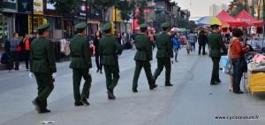 Ronde de police, en file indienne et au pas de course. Le dernier est souvent un peu nonchalent, car personne ne le surveille !