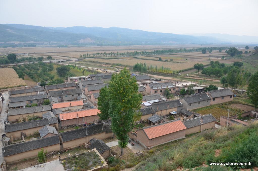 Village champignon. La photo est vraisemblablement prise depuis le nord, car aucune ouverture n'est visible.
