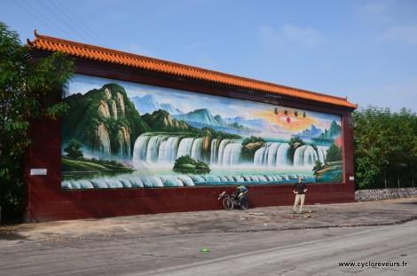 Une fresque géante, devant une sortie d'usine