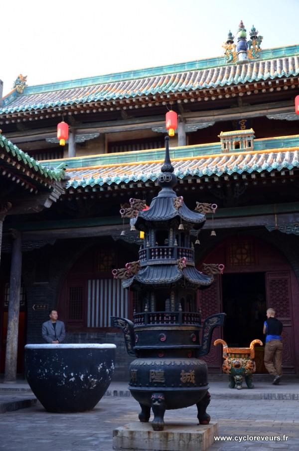 Dans une cour d'un temple