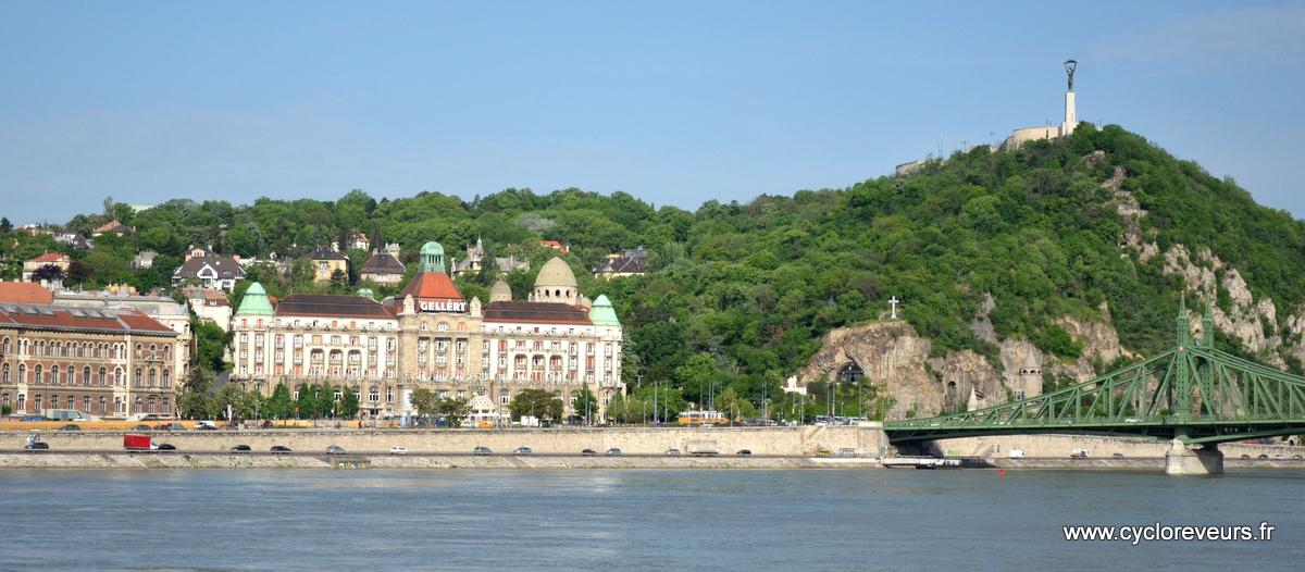 La forteresse du côté de Buda, en haut de la colline