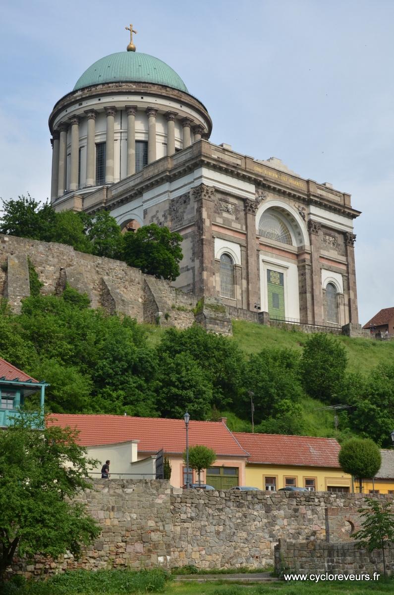 Grosse cathédrale sur le Danube en Hongrie