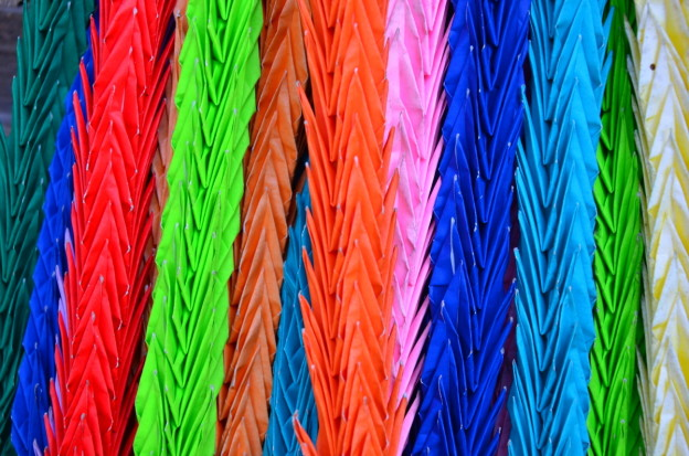 Les guirlandes d'origamis ornent les temples