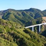Les infrastructures n'ont pas de limite. Cette route traverse montagnes et vallées sans dénivelé !