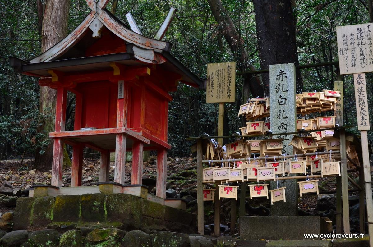 Mini temple dédié à l'amour, observez un peu les petites planchettes de souhaits !