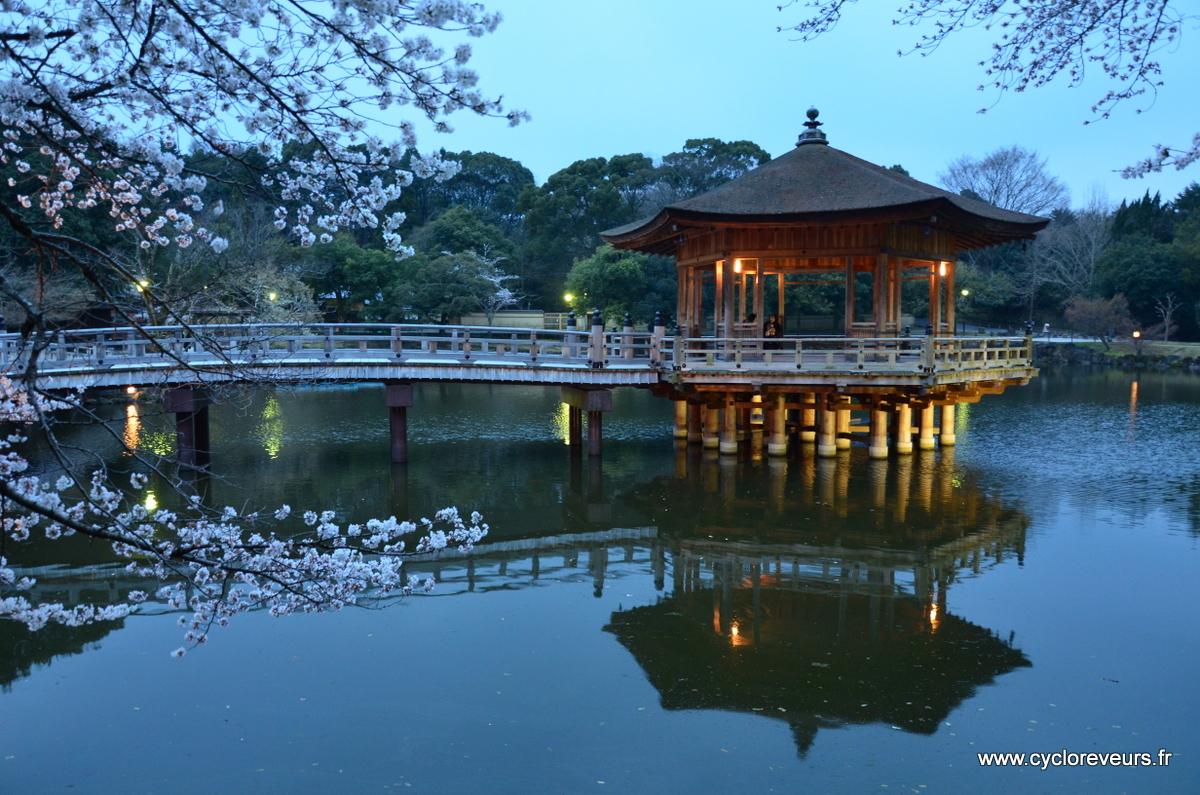 Kiosque sur l'eau, entouré de cerisiers, trop romantique !