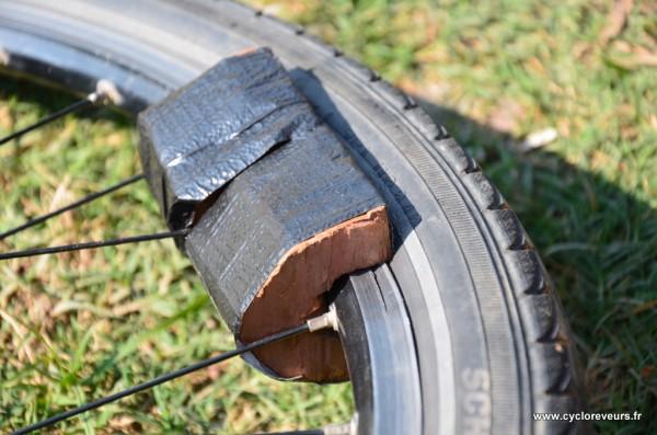 Jante Mavic fendue sur la bande de freinage : cales de bois en place