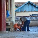 Les mongols n'ont peur de rien : ici, un homme s'est glissé sous une stupa... Peut-être est-ce traditionnel ? En tout cas vu le gabarit de l'homme en question, ce n'est pas pratique !