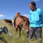 Dans la campagne, on encontre souvent les mongols avec leurs moyen de transport : le cheval, ou de plus en plus la moto.