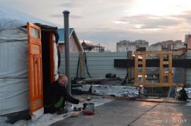 Eglantine cuisine au réchaud devant notre yourte de toit !