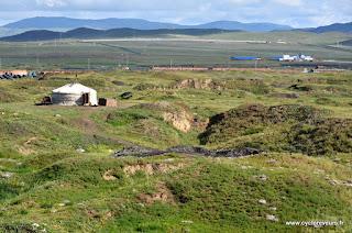 Une yourte dans le terrain défoncé par les fouilles