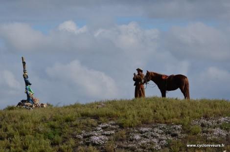 Cavalier en haut d'un col en Mongolie