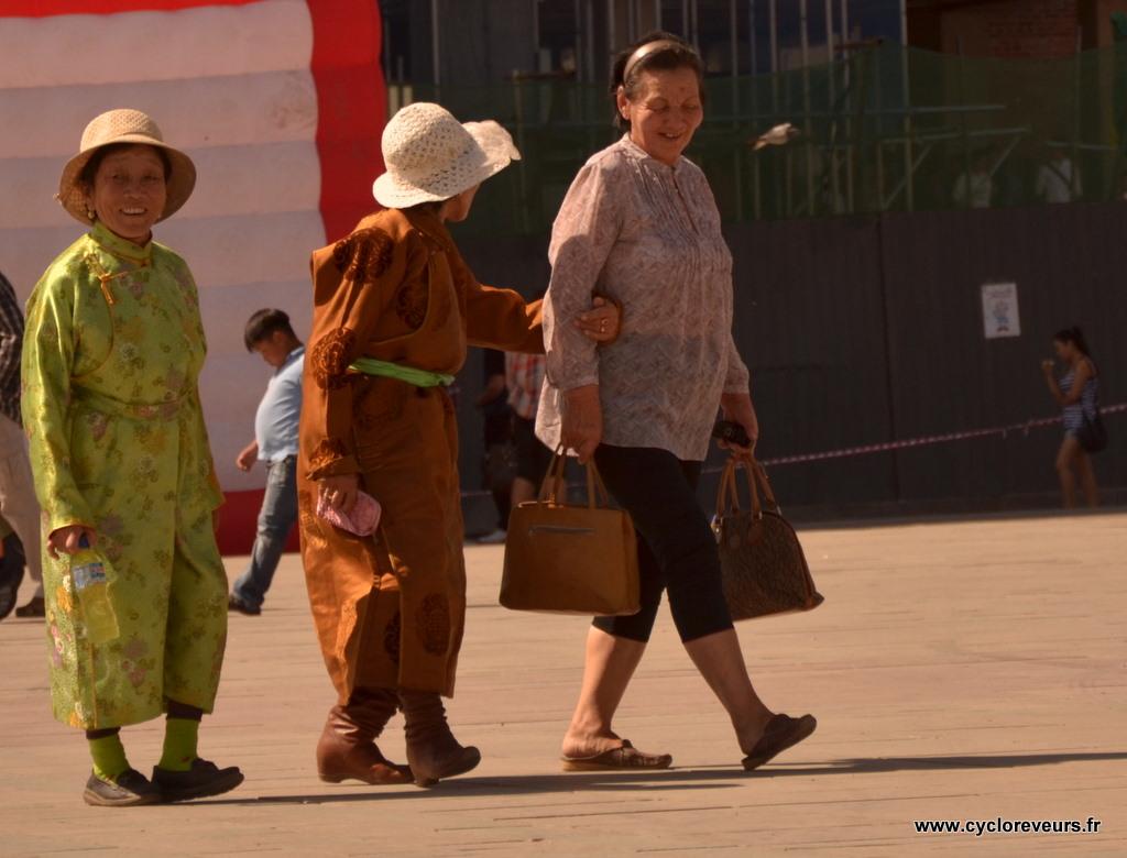 Peu de mongols portent les habits traditionnels à Oulan Bator : c'est bien différent dans la campagne, où tous ou presque les portent
