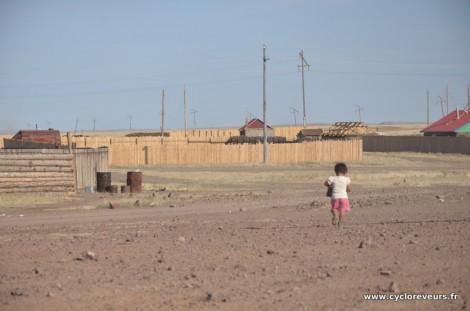 Un enfant dans un village