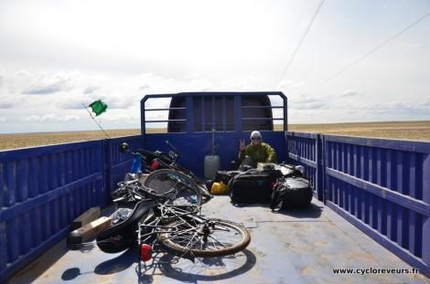 Nous montons sur la plateforme d'un camion pour finir la traversée