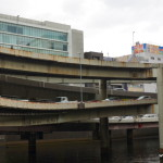 Autoroute sur échangeur sur rivière