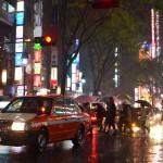 Un taxi, des parapluies, des lumières : c'est Tokyo !
